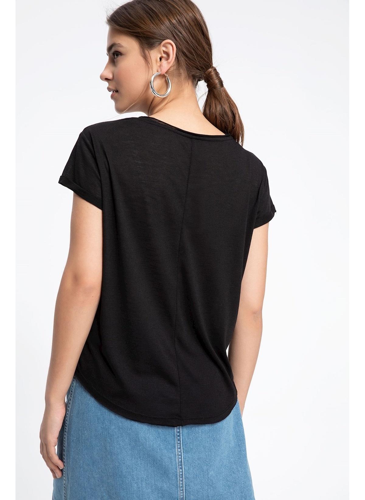 dcaa1caa28463 DeFacto Kadın Uzay Figürlü Tek Cepli Kısa Kollu T-shirt Siyah ...